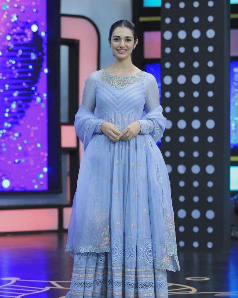sara-khan-in-traditional-clothing